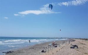 kitesurf en méditerranée et tourisme - saintes marie de la mer en camargue