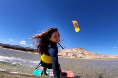 Charlotte Consorti en kitesurf à Fuerteventura