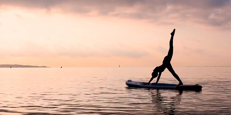 se mettre au stand up paddle yoga